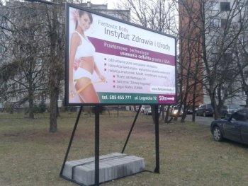 Szyldy i tablice reklamowe.